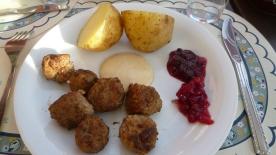 Köttbullar med lingonsylt och potatis