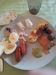 """Polpettine di carne, salmone affumicato con salsa all'aneto e alla mostarda, salsicce """"della principessa"""", uova con kaviar, maionese e gamberetti, sformato di formaggio, uova e pomodori, un formaggio, """"del pane svedese"""""""