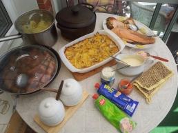 Pranzo pasquale. Tentazione di Johansson, uova, patate, salsa con more nordiche, polpette di carne, salmone affumicato e salsicce della principessa. Kaviar e aringhe