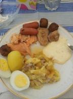 Pranzo pasquale. Tentazione di Johansson, uova, patate, salsa con more nordiche, polpette di carne, salmone affumicato e salsicce della principessa