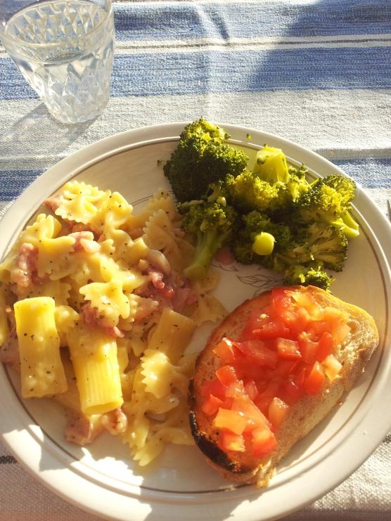 Pasta alla carbonara, bruschetta al pomodoro. Cena italiana dai nonni ospitanti
