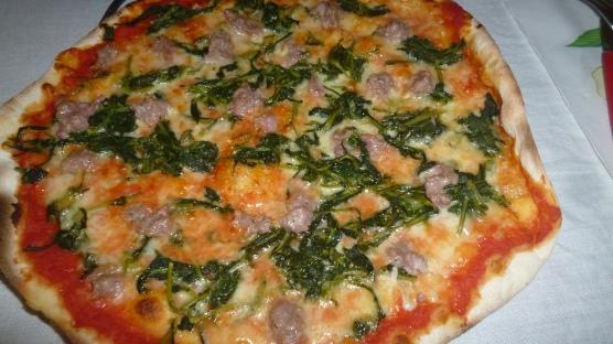 Pizza con cicoria, salsiccia, mozzarella e pomodoro (Pizza with chicory, sausage, mozzarella and tomato)