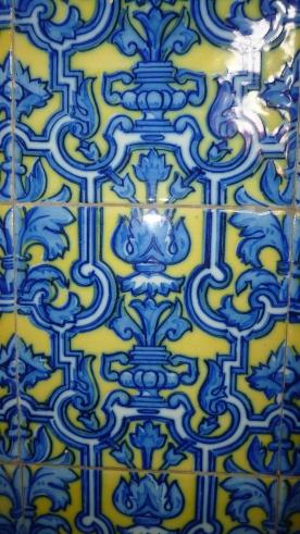 Particolare del motivo delle maioliche che coprivano parte delle pareti del seminario